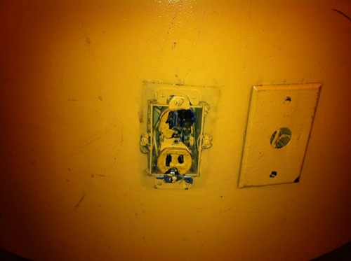 laguardia-airport-broken-power-outlet.jpg