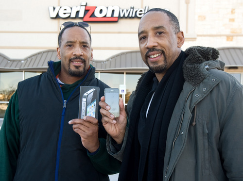 twins-at-verizon-wireless-store.jpg